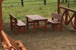 Stůl a dvě lavice